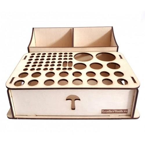 Organizator cu 69 de compartimente pentru scule de pielarie, din lemn de cedru